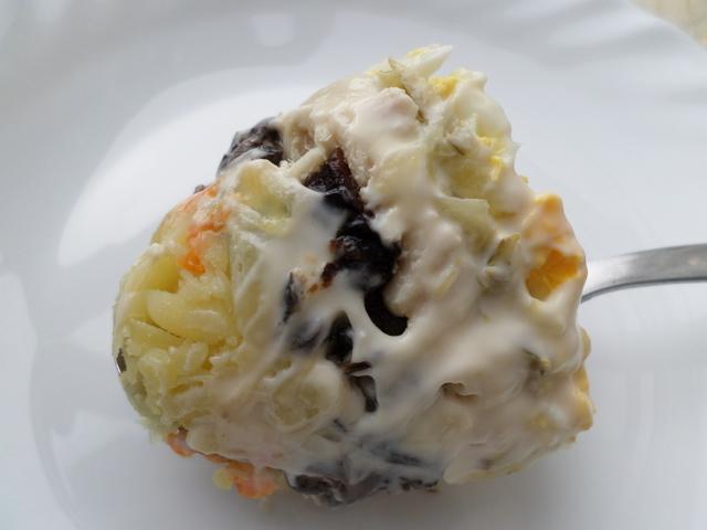 Салат с шампиньонами, курицей и черносливом – пошаговый рецепт с фотографиями