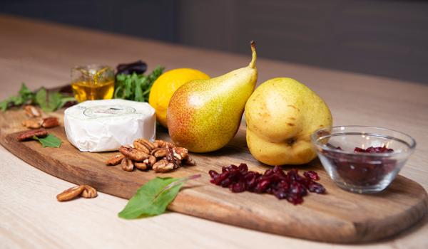 Салат с сыром бри, грушами и сушёной клюквой – пошаговый рецепт с фотографиями
