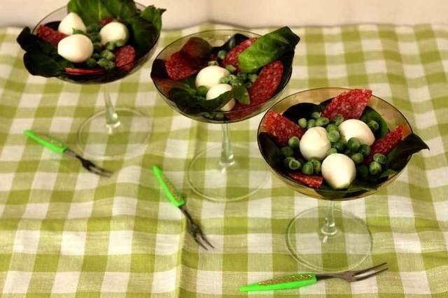 Итальянский коктейльный салат с салями, моцареллой и горошком – пошаговый рецепт с фотографиями