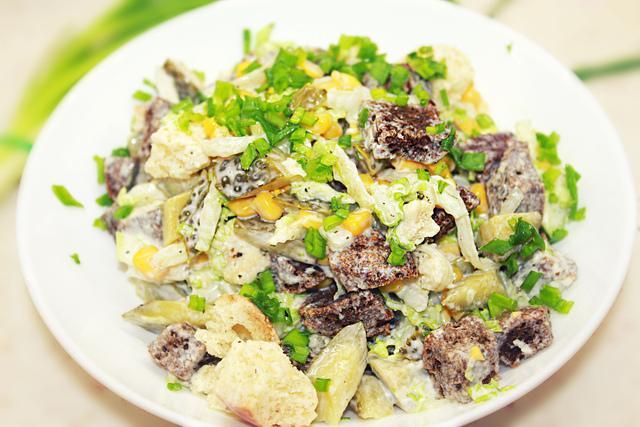Салат с сухариками и кукурузой - вкусный и простой салат на новый год – пошаговый рецепт с фотографиями