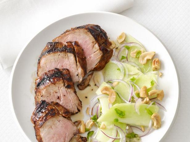 Свиная вырезка на гриле с салатом из дыни