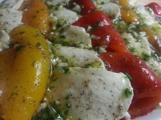 Салат из печёных перцев и сыра моцарелла  – пошаговый рецепт с фотографиями