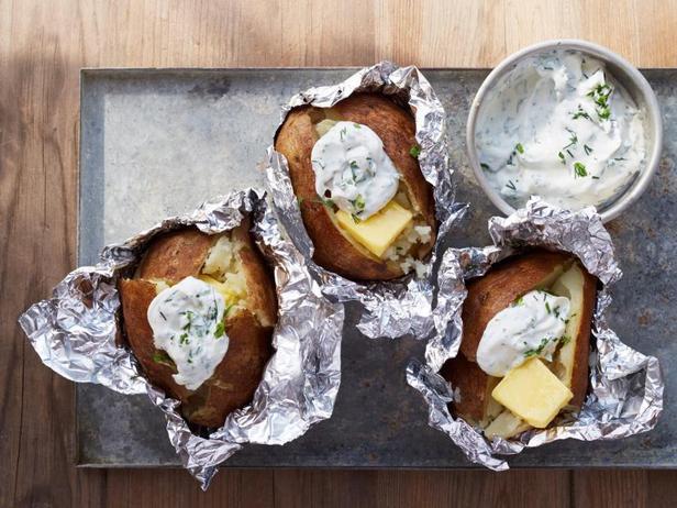 Печёный на костре картофель со сметаной и зеленью