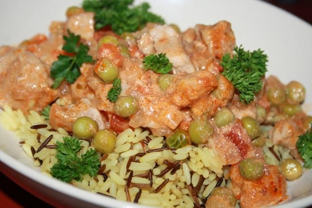 Свиной гуляш с горошком в томатно-сметанном соусе с ароматным рисом на гарнир – пошаговый рецепт с фотографиями