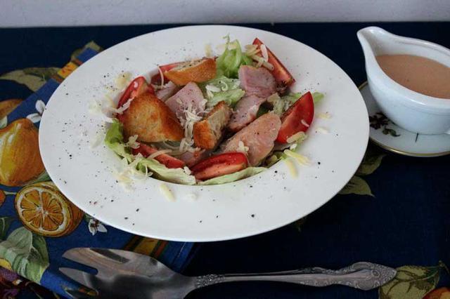 Салат a-la caesar с мясом куриной голени и коктейльным соусом. тест-драйв с окраиной – пошаговый рецепт с фотографиями