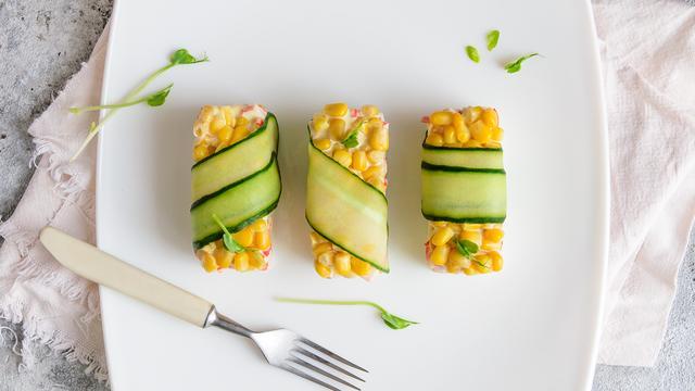 Салат с крабовыми палочками, кукурузой и рисом по-новому – пошаговый рецепт с фотографиями