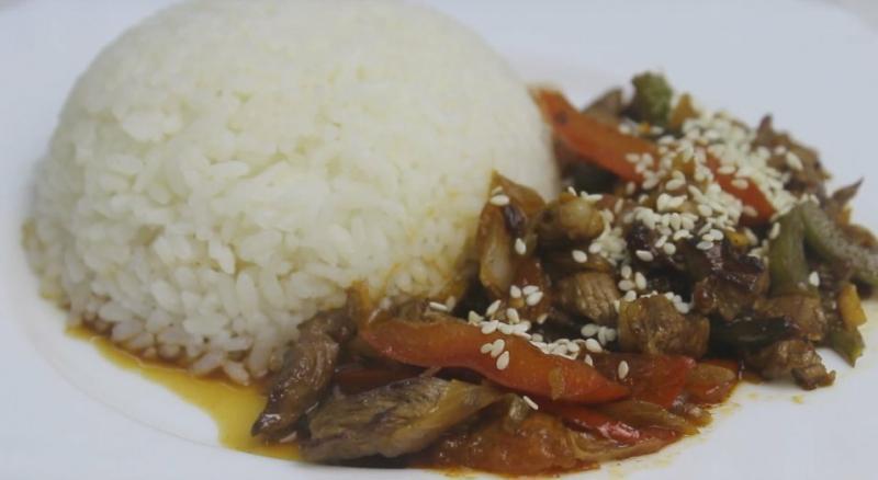 Мясо с овощами и рисом