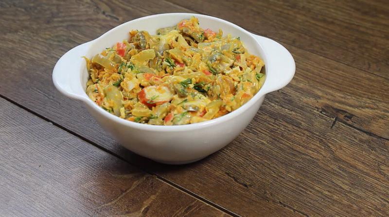 Салат «Нежный» сытный салатик, который готовится быстро и легко.