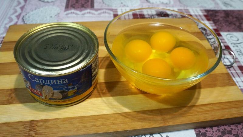 Гренки с рыбными консервами и яйцом.