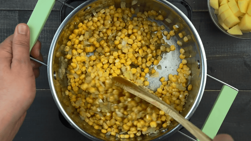 Кукурузный крем-суп за 30 минут: нежный и сладковатый