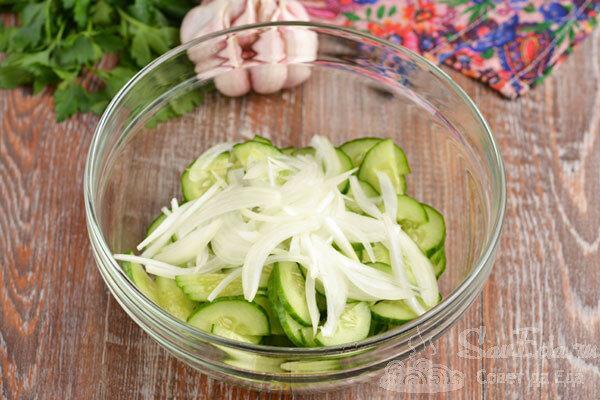 Салат из огурца с необычной заправкой за несколько минут