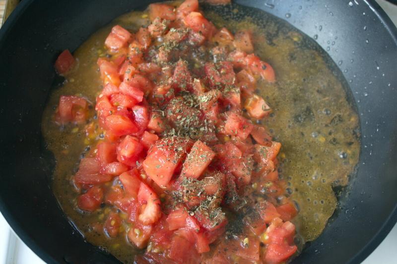 Суп в сковороде: Из яиц и помидоров