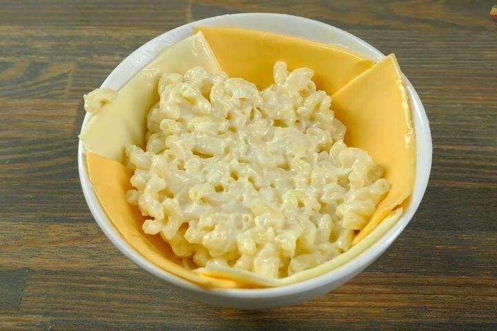 Макароны с правильным сырным соусом в горшочке из теста