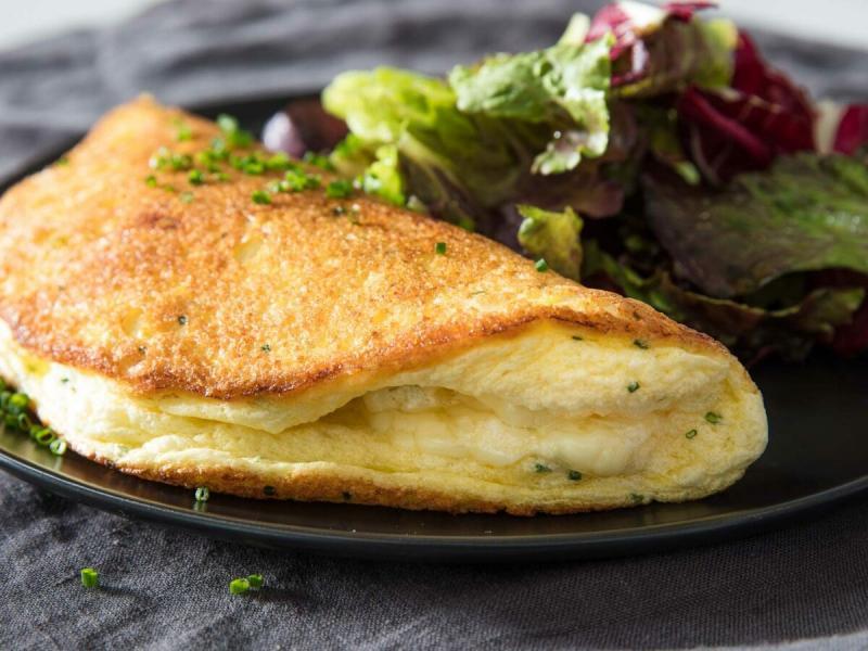 Безумно простой и вкусный рецепт омлета-суфле с сыром