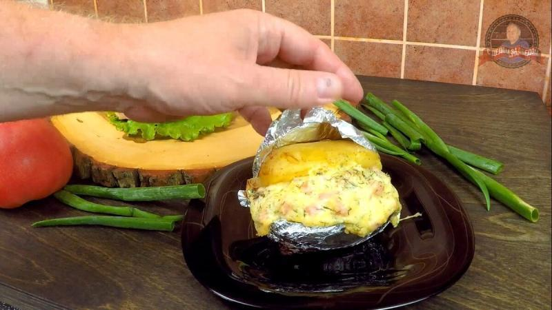 Картофель запечённый с сырно-ветчинной начинкой