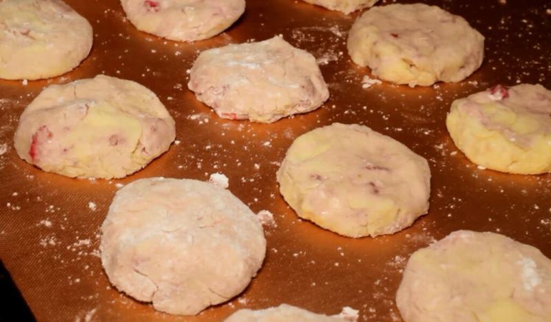 Печенье с кусочками клубники внутри: удачный рецепт