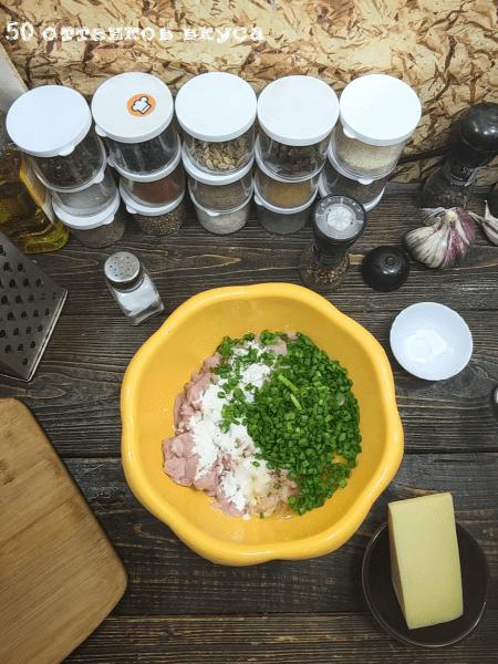 Рубленные котлеты из индейки с сыром и луком