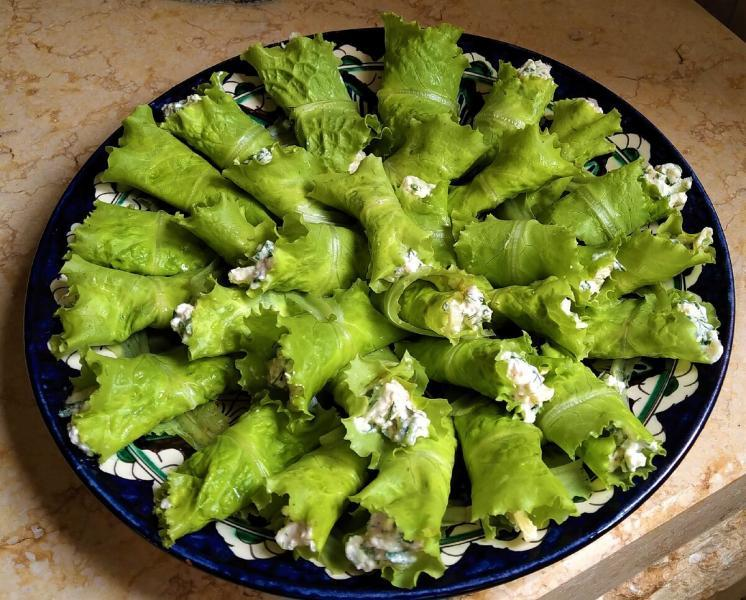 Творожные рулетики в листьях салата