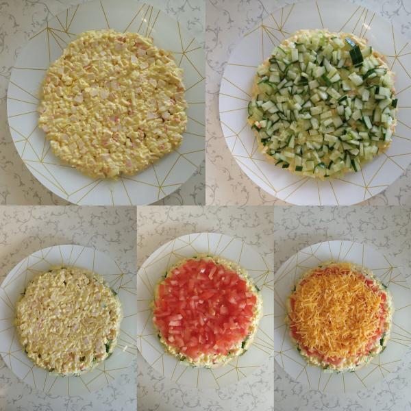 Салат с крабовыми палочками и овощами.