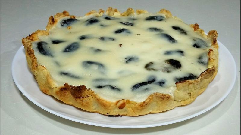 Пирог с черносливом с сметанной заливкой