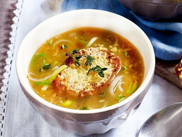 Ароматный луковый суп с сырным багетом