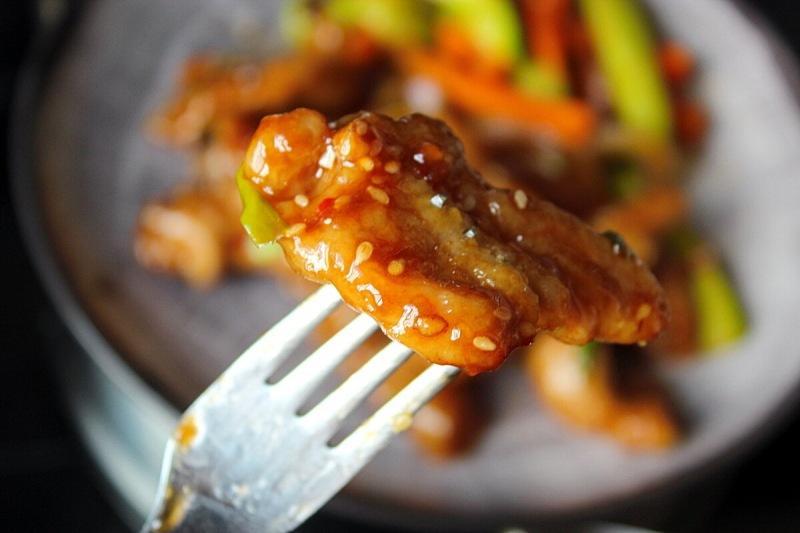 Гости решат, что вы угощаете их блюдом из ресторана, а это всего лишь мясо или курица в крахмале