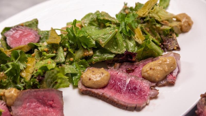 Как приготовить шедевр из куска мяса. Очень простой, но очень вкусный стейк салат с баклажанами.