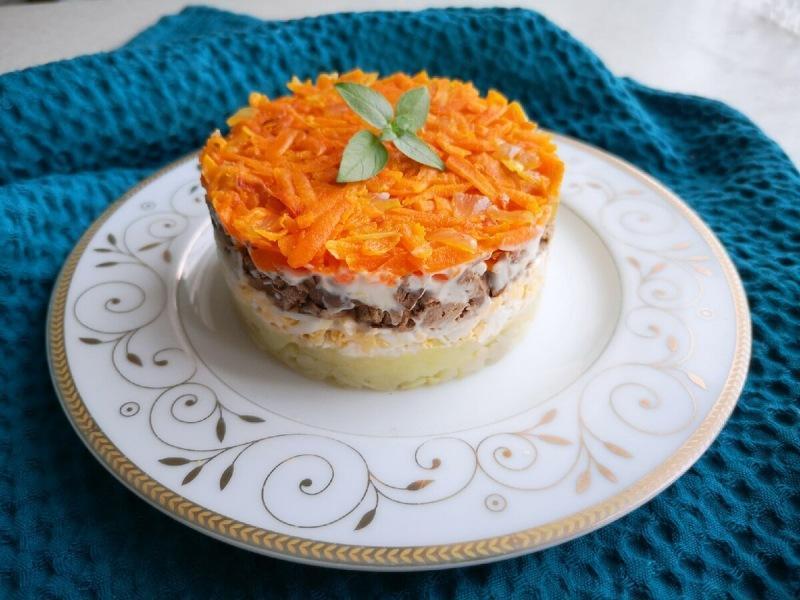 Вкусный и очень сытный слоеный салат