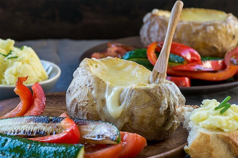 Запеченный картофель с плавленым сыром и овощами