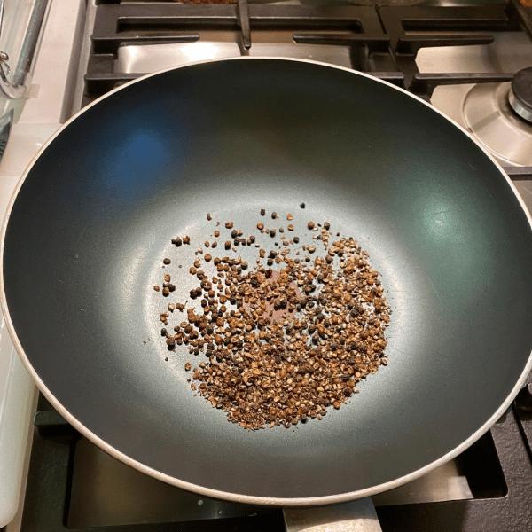 Приготовил цыпленка в перечном соусе (блюдо китайской кухни)