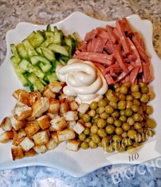 """Салат """"Любимый"""" с копченой колбасой и сухариками"""
