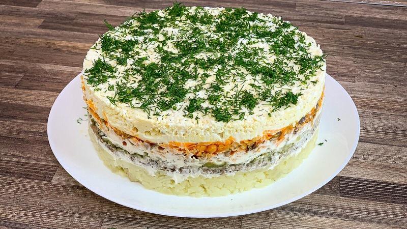 СЛОЕНЫЙ САЛАТ СО ШПРОТАМИ (Получается как закусочный торт) Очень вкусно, красиво и необычно