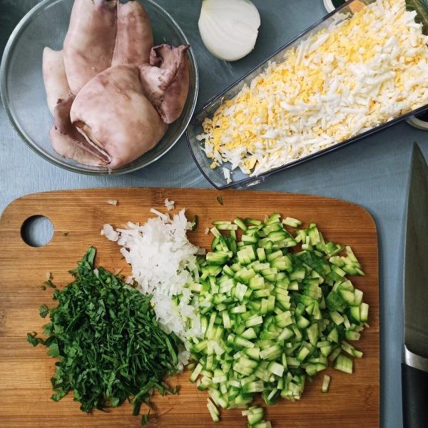 Как быстро почистить кальмары и приготовить вкусный салат.