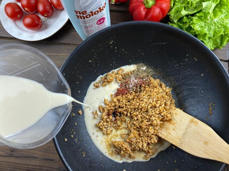 Слойки с соевым фаршем и томатами