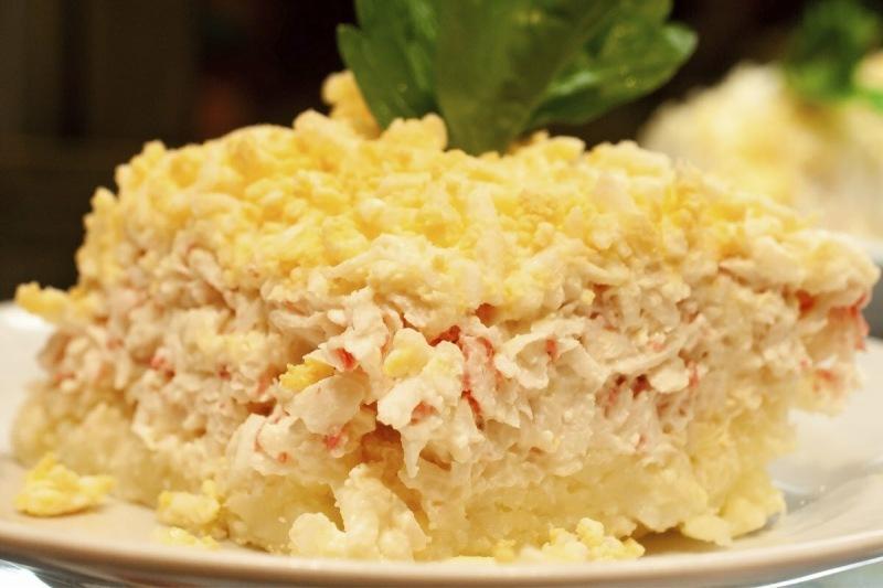 Вкусный салат с грудкой и яйцами