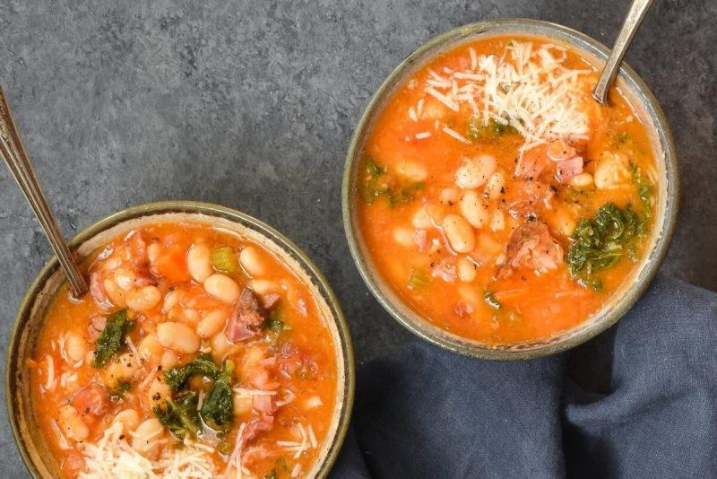 """""""Богатый"""" суп из белой фасоли и ветчины."""