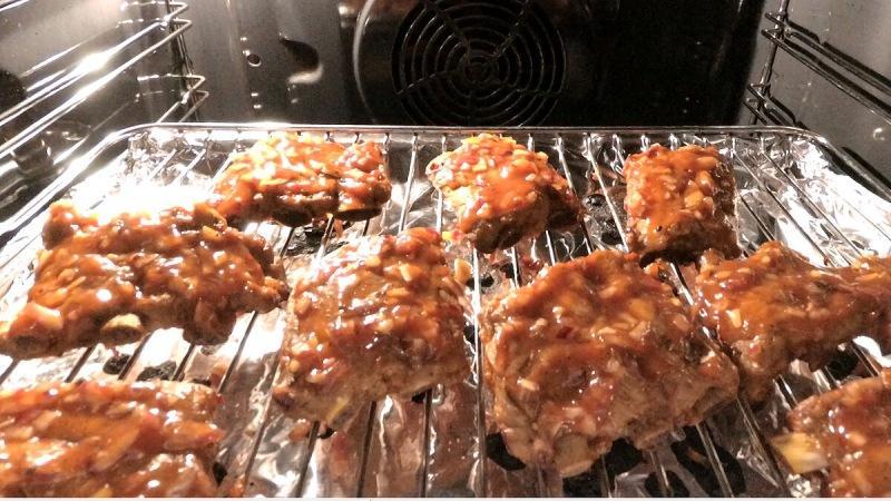 Мариную вареные свиные ребрышки и запекаю в духовке