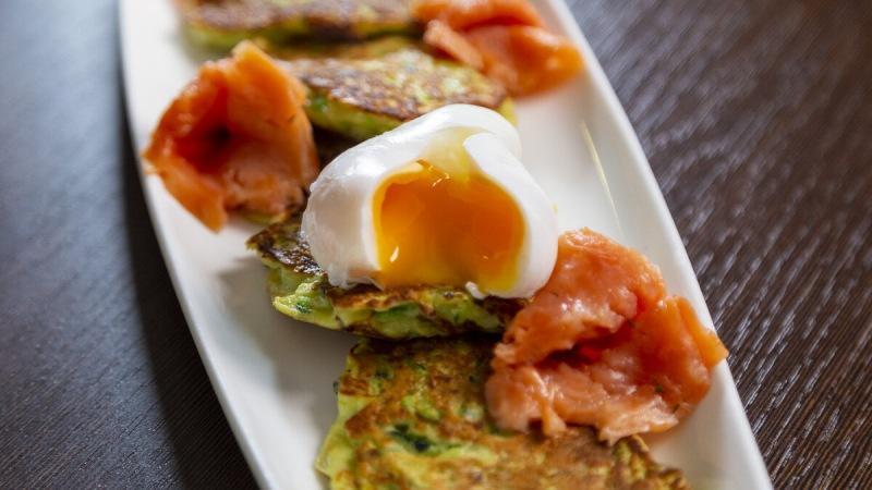 Завтрак с яйцом пашот и оладушками из кабачков.