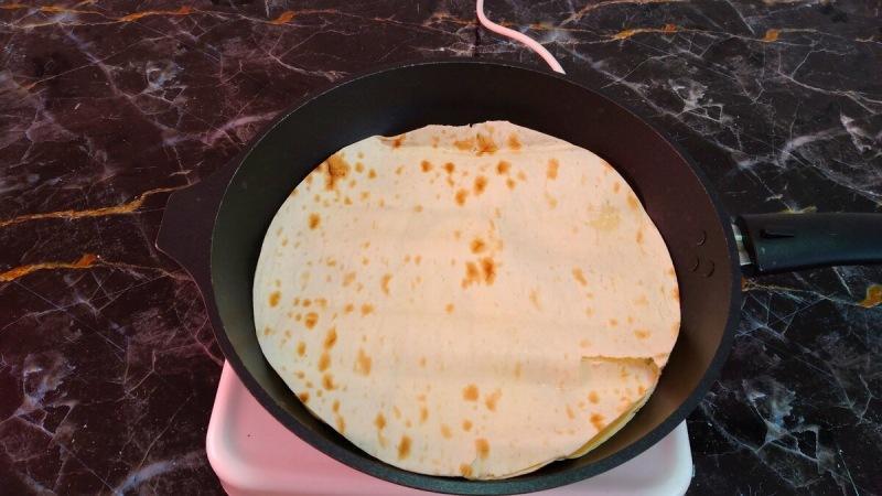 Хачапури с сыром на сковороде. Быстрая закуска из лаваша