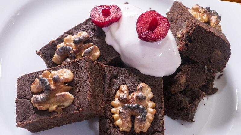 Шоколадный Брауни, мороженое, финики и грецкий орех.