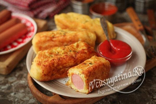 Сосиска и картофельное пюре - вкусное блюдо на столе