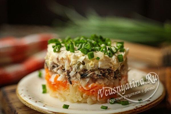 Вкусный слоеный салат со шпротами
