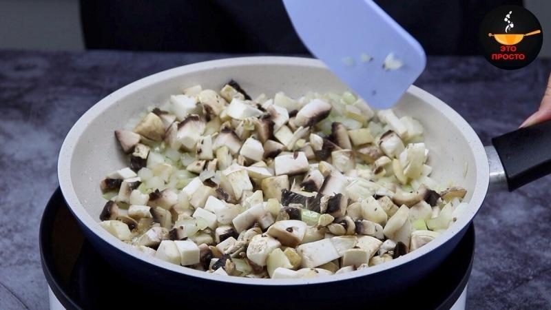 Когда мне хочется особенно вкусных блинчиков, жарю их с одной стороны (делюсь интересным рецептом)