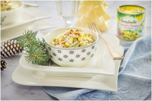 Простой салат из любимых продуктов - лук, кукуруза, курица