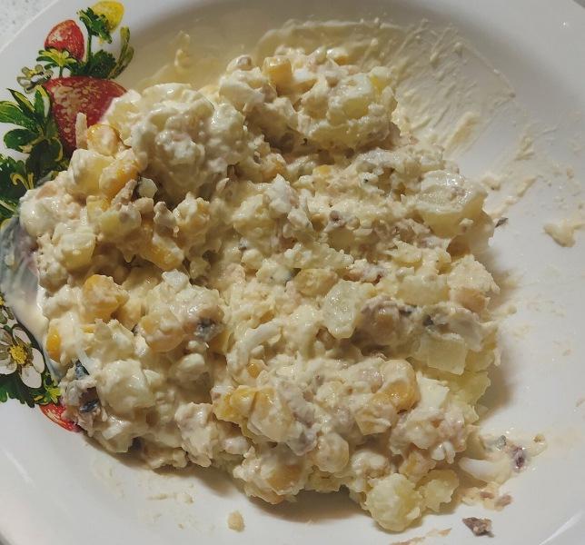 Потрясающе-вкусный салат из консервированной рыбы!