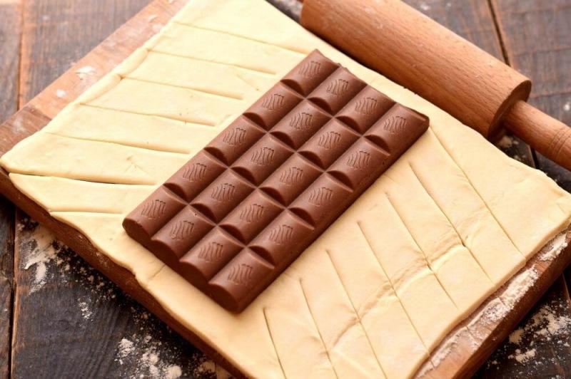 Слоеной пирог с целой шоколадкой