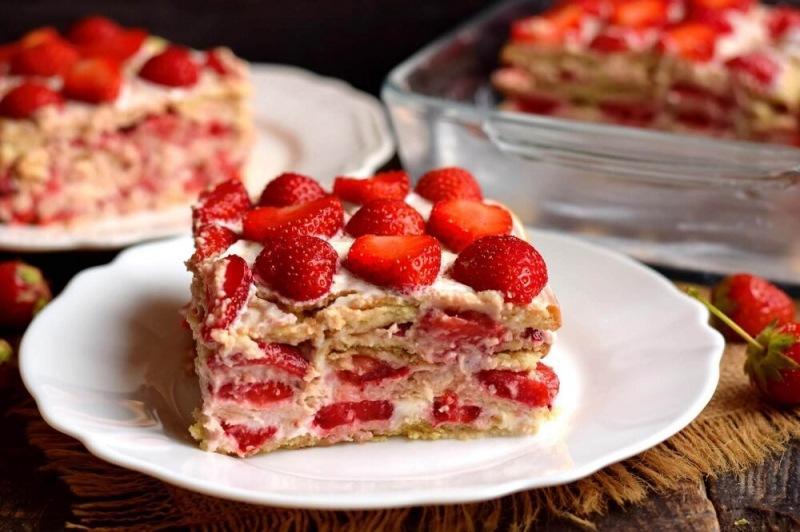 Торт из печенья с клубникой