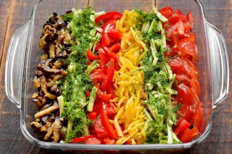 Летний овощной салат с баклажанами