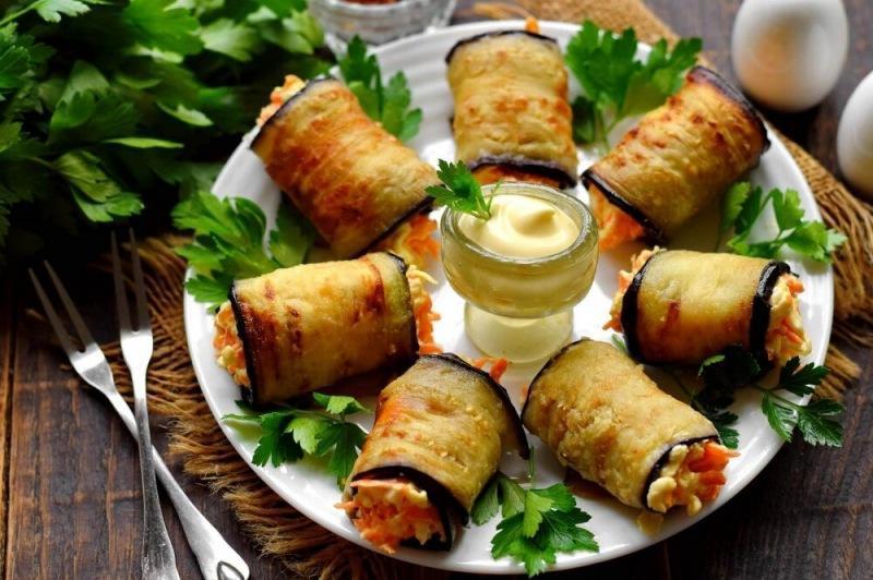 Рулетики из баклажанов с морковью и сыром