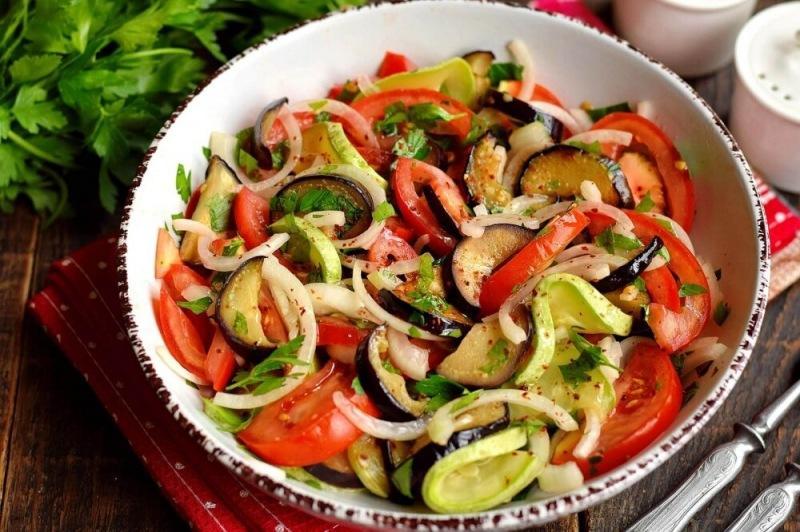 Салат из жареных баклажанов и кабачков